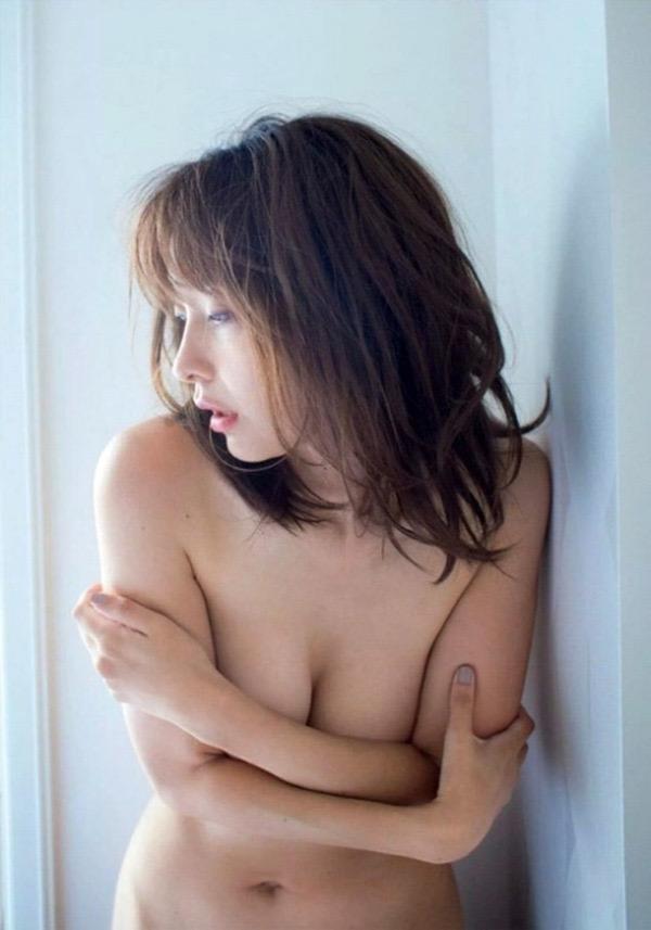 【山崎真実グラビア画像】30歳を超えて増々過激になっていく美女のセミヌード画像 04
