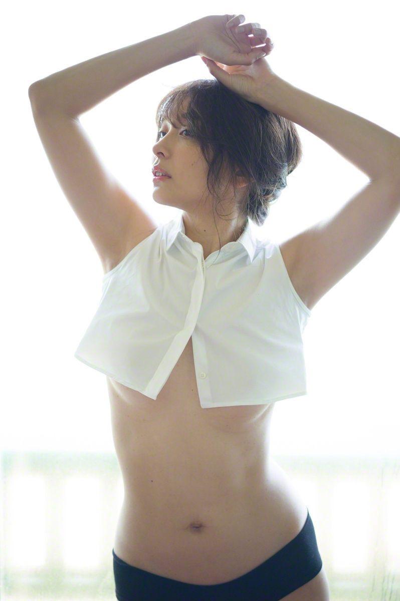 【山崎真実グラビア画像】30歳を超えて増々過激になっていく美女のセミヌード画像 14