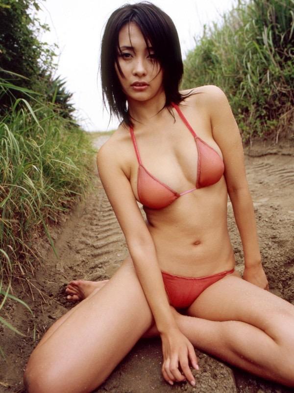【山崎真実グラビア画像】30歳を超えて増々過激になっていく美女のセミヌード画像 21