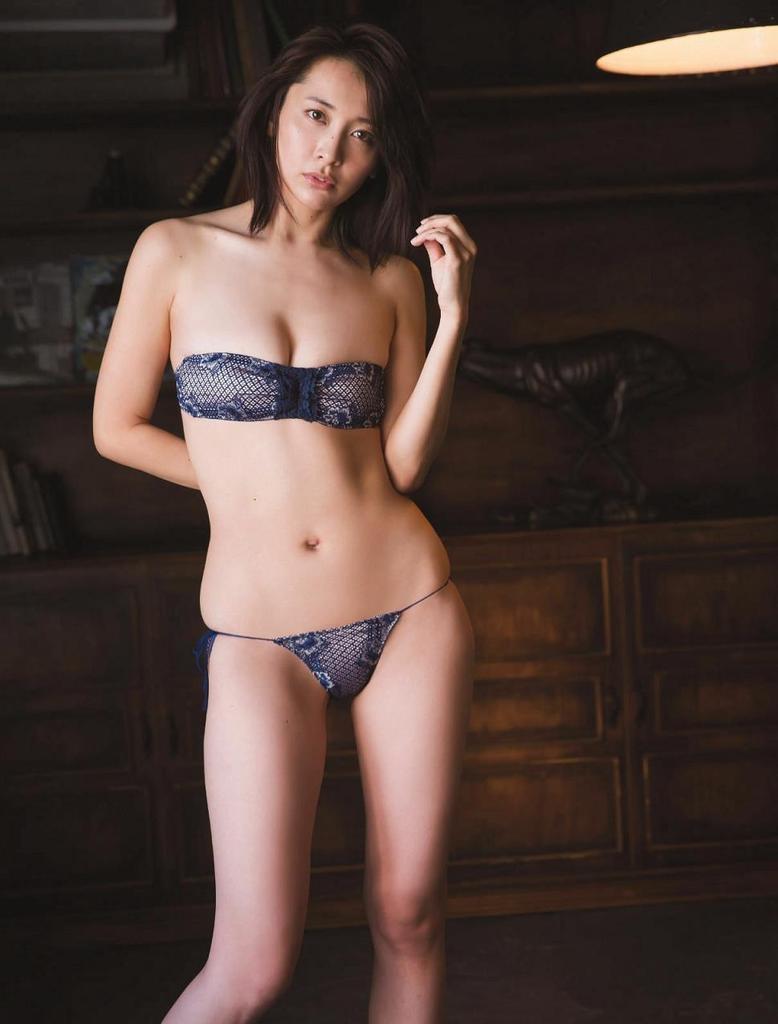 【山崎真実グラビア画像】30歳を超えて増々過激になっていく美女のセミヌード画像 54