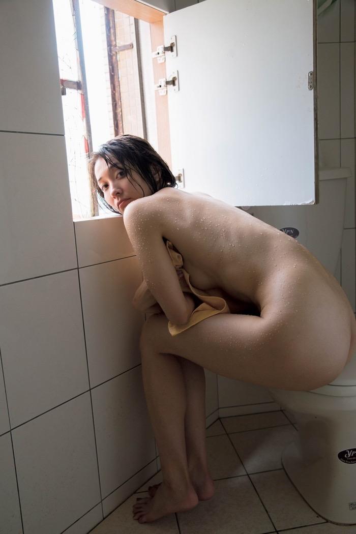 【山崎真実グラビア画像】30歳を超えて増々過激になっていく美女のセミヌード画像 65