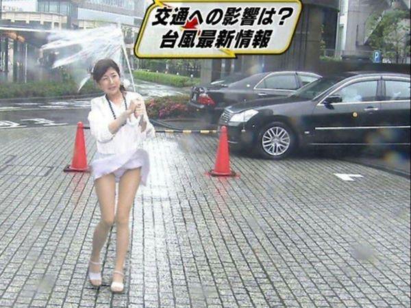 【女子アナハプニング画像】番組中を襲った女子アナたちのエッチなハプニングの瞬間 68