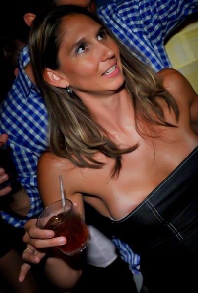 【海外ハプニング画像】外国人美女のチラリ&ポロリで見えちゃったエロ画像 04