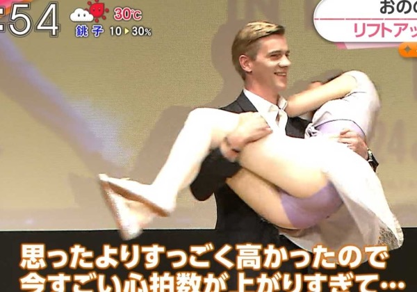 【放送事故エロ画像】テレビに映ったラッキースケベ的なハプニングエロ画像 70