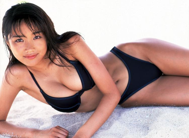 【佐藤江梨子グラビア画像】セクシー巨乳ボディを惜しげもなく晒すビキニ美女!
