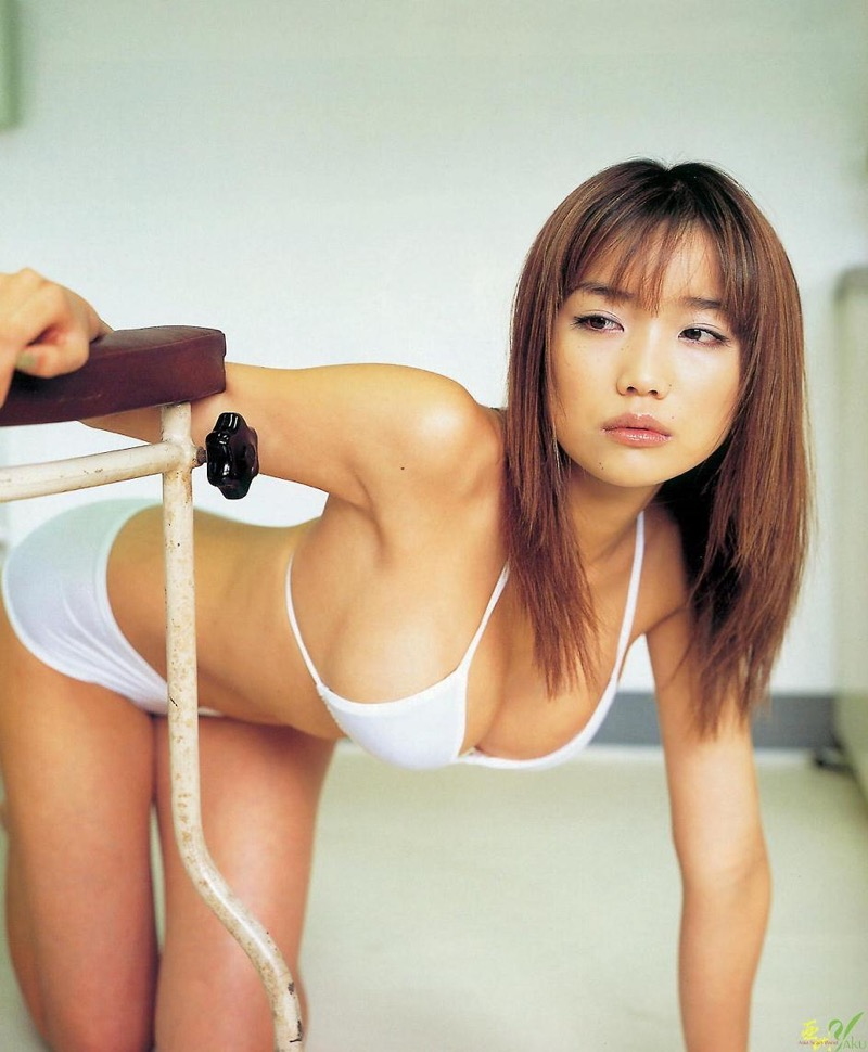 【佐藤江梨子グラビア画像】セクシー巨乳ボディを惜しげもなく晒すビキニ美女! 05