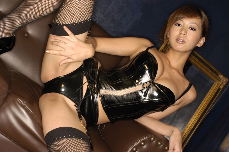 【ボンデージエロ画像】美女が身に付けたボンデージ姿がソソるエロ画像