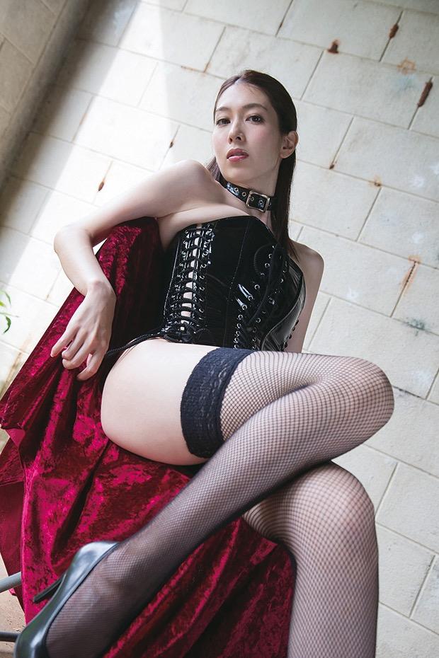 【ボンデージエロ画像】美女が身に付けたボンデージ姿がソソるエロ画像 16