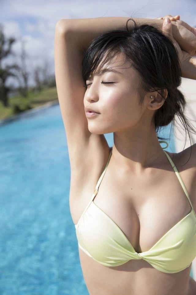 【タレントお宝画像】テレビで普段は脱がないタレント美女のエロビキニ姿! 37