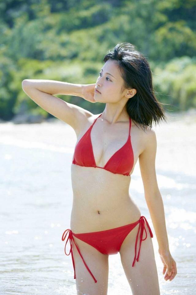 【タレントお宝画像】テレビで普段は脱がないタレント美女のエロビキニ姿! 42