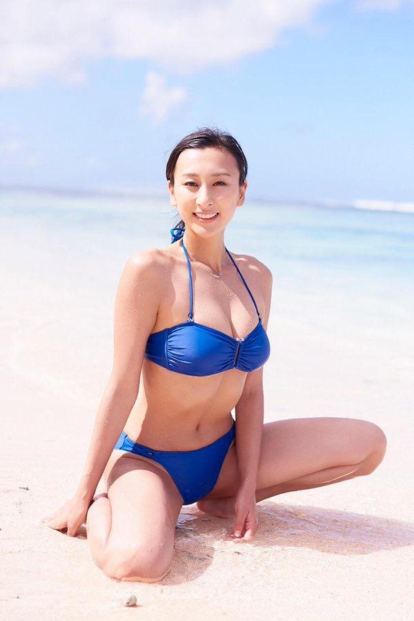 【タレントお宝画像】テレビで普段は脱がないタレント美女のエロビキニ姿! 79