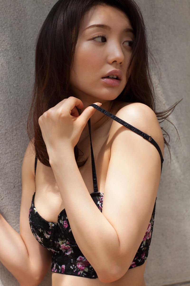 【おのののかグラビア画像】Eカップ巨乳のエロボディを見せつけるビキニ美女 04