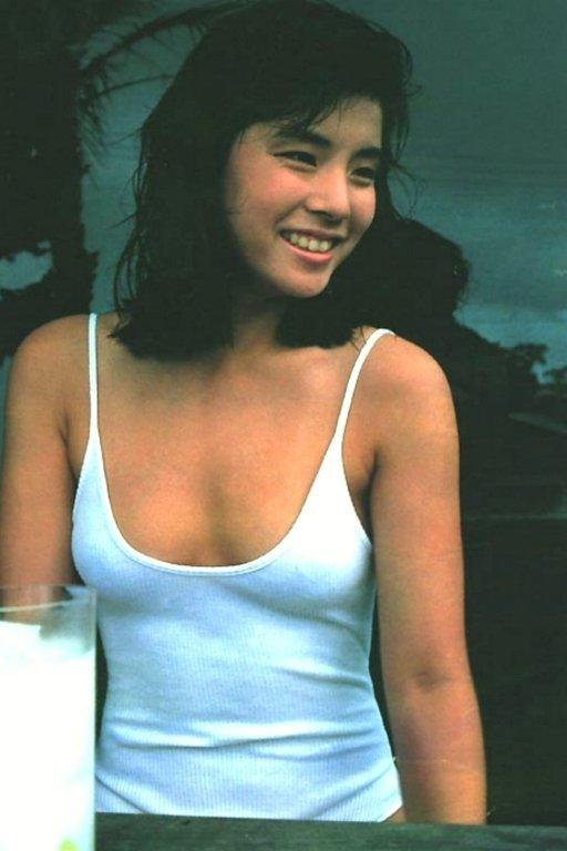【石田ゆり子お宝画像】芸歴30年の大ベテラン女優が昔披露していたちょっとエッチな水着姿 09