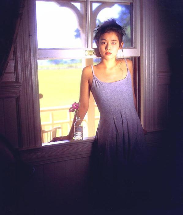 【石田ゆり子お宝画像】芸歴30年の大ベテラン女優が昔披露していたちょっとエッチな水着姿 15