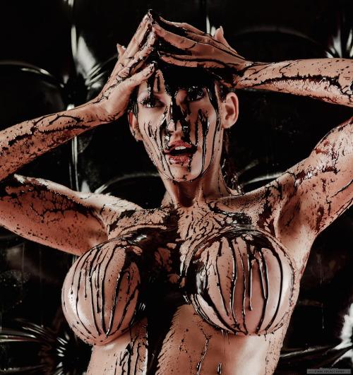 【バレンタインエロ画像】普通のセックスに飽きて裸にチョコレートを塗っちゃった女子wwww 03
