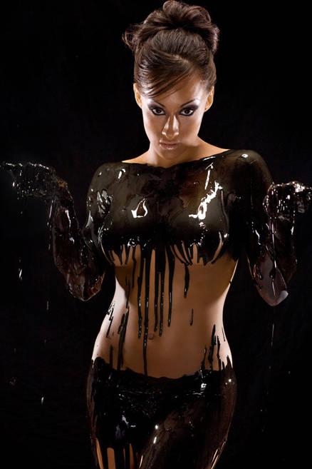 【バレンタインエロ画像】普通のセックスに飽きて裸にチョコレートを塗っちゃった女子wwww 07
