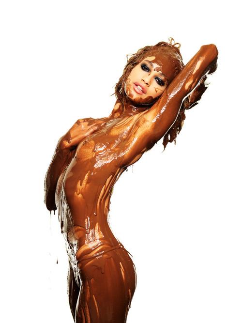 【バレンタインエロ画像】普通のセックスに飽きて裸にチョコレートを塗っちゃった女子wwww 10