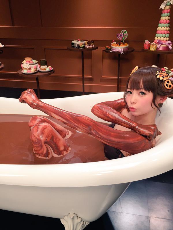 【バレンタインエロ画像】普通のセックスに飽きて裸にチョコレートを塗っちゃった女子wwww 13