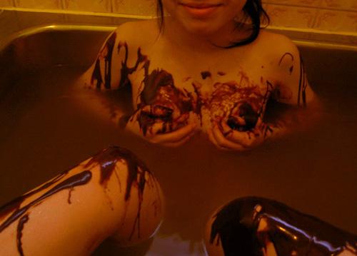 【バレンタインエロ画像】普通のセックスに飽きて裸にチョコレートを塗っちゃった女子wwww 32