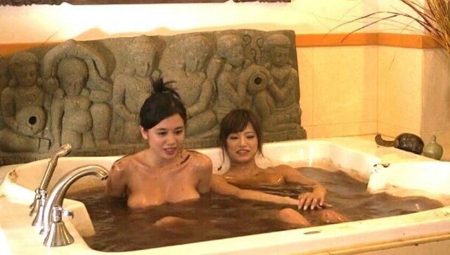 【バレンタインエロ画像】普通のセックスに飽きて裸にチョコレートを塗っちゃった女子wwww 38