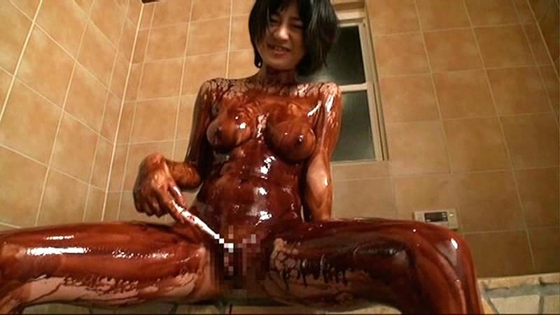 【バレンタインエロ画像】普通のセックスに飽きて裸にチョコレートを塗っちゃった女子wwww 55