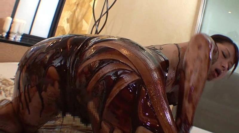 【バレンタインエロ画像】普通のセックスに飽きて裸にチョコレートを塗っちゃった女子wwww 72
