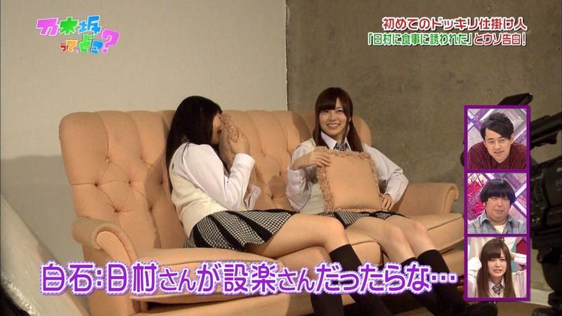 【放送事故画像】乃木坂46アイドルがひな壇でパンチラしそうになった瞬間がこちら 15