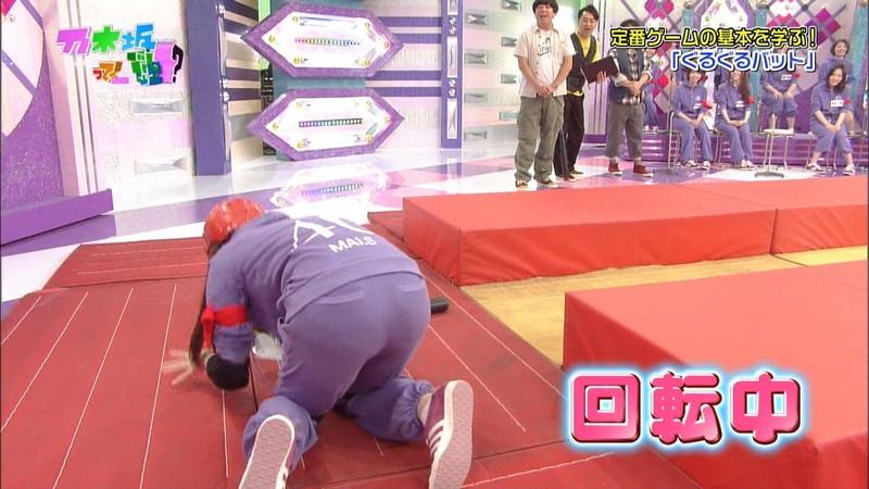 【放送事故画像】乃木坂46アイドルがひな壇でパンチラしそうになった瞬間がこちら 30
