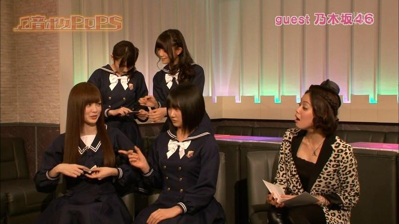 【放送事故画像】乃木坂46アイドルがひな壇でパンチラしそうになった瞬間がこちら 42