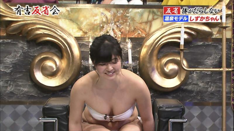 【放送事故画像】あわやオマンコもろ見えしかねない自称温泉リポーターがこちらwwww 24
