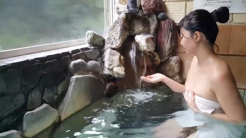 【放送事故画像】あわやオマンコもろ見えしかねない自称温泉リポーターがこちらwwww 57