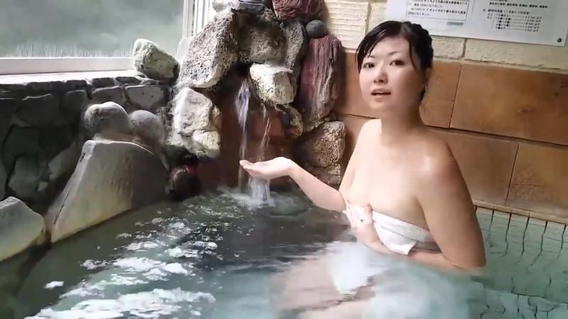 【放送事故画像】あわやオマンコもろ見えしかねない自称温泉リポーターがこちらwwww 62