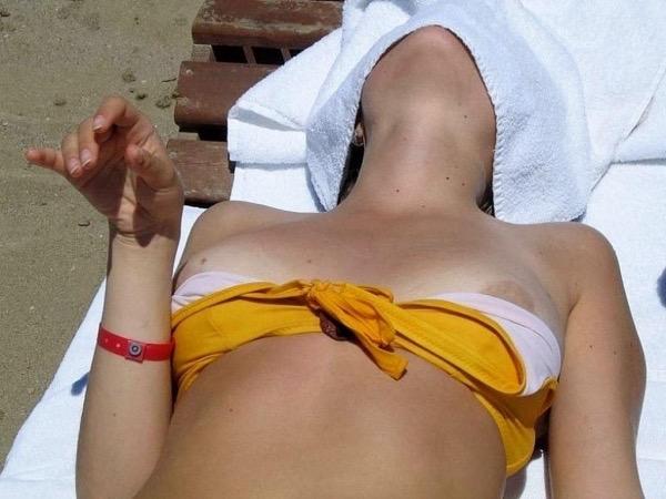 【素人ハプニング画像】海やプールや街中でポロリしちゃった素人娘!