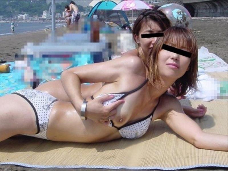 【素人ハプニング画像】海やプールや街中でポロリしちゃった素人娘! 08