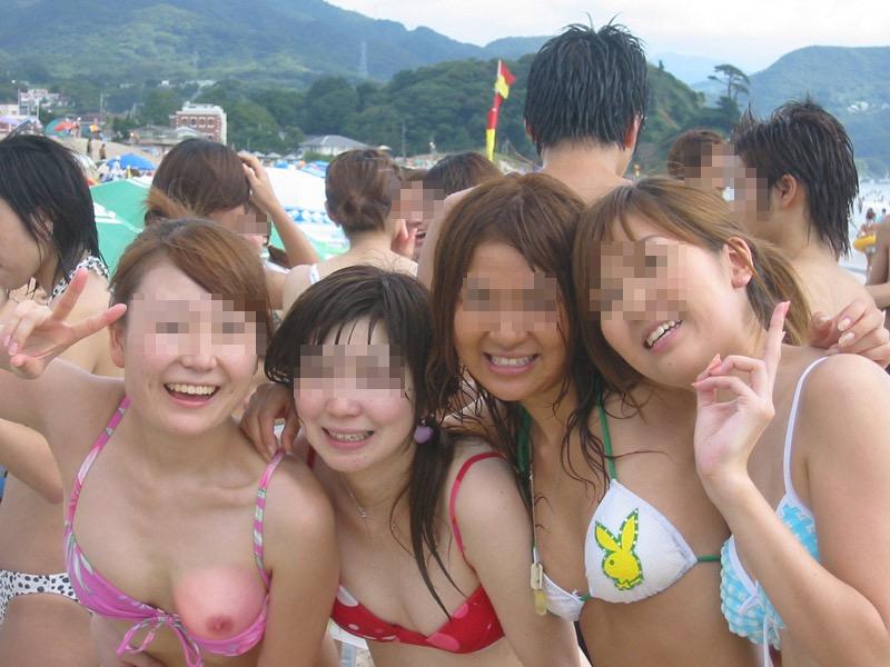 【素人ハプニング画像】海やプールや街中でポロリしちゃった素人娘! 47