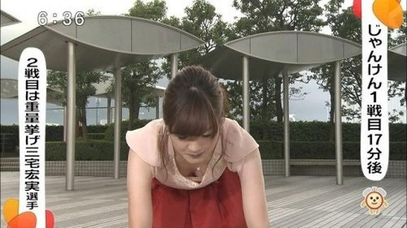 【放送事故画像】胸チラやブラチラといつでもエロを狙われて出演女性は大変だなぁw 15