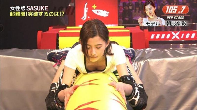 【放送事故画像】胸チラやブラチラといつでもエロを狙われて出演女性は大変だなぁw 21