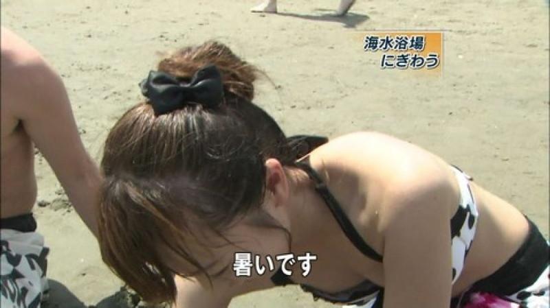 【放送事故画像】胸チラやブラチラといつでもエロを狙われて出演女性は大変だなぁw 23