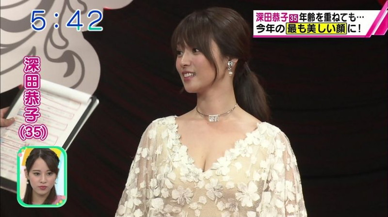 【放送事故画像】胸チラやブラチラといつでもエロを狙われて出演女性は大変だなぁw 28