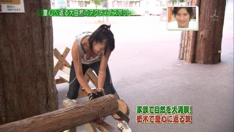 【放送事故画像】胸チラやブラチラといつでもエロを狙われて出演女性は大変だなぁw 52