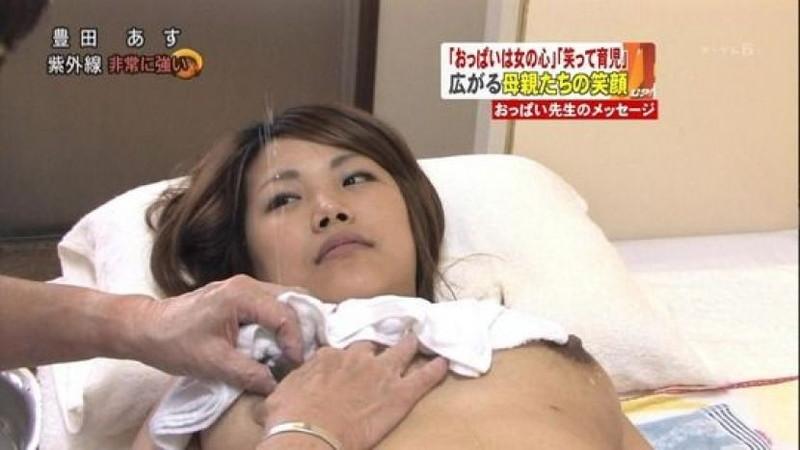 【放送事故画像】胸チラやブラチラといつでもエロを狙われて出演女性は大変だなぁw 63