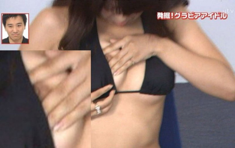 【放送事故画像】胸チラやブラチラといつでもエロを狙われて出演女性は大変だなぁw 77