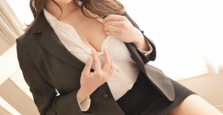 【夏来唯グラビア画像】爆乳や巨尻を大人っぽい衣装でチラ見せして誘ってくる愛人系美女