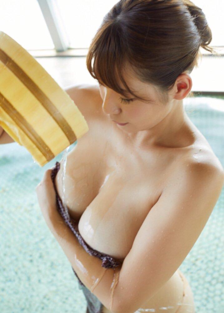 【夏来唯グラビア画像】爆乳や巨尻を大人っぽい衣装でチラ見せして誘ってくる愛人系美女 10