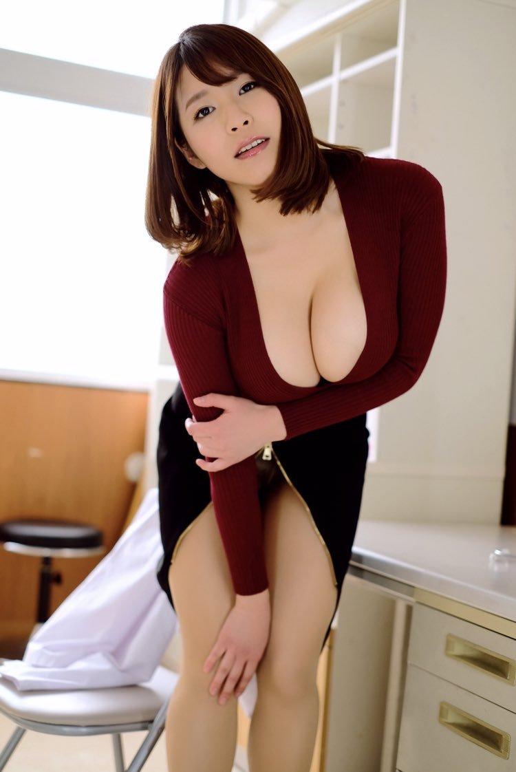 【夏来唯グラビア画像】爆乳や巨尻を大人っぽい衣装でチラ見せして誘ってくる愛人系美女 31