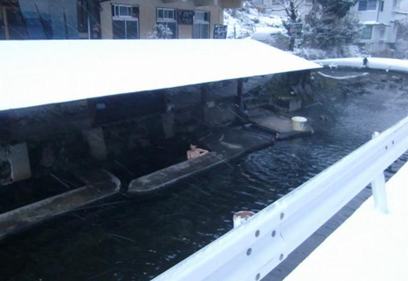 【温泉エロ画像】雪の中で美女と混浴する温泉って心も身体もチンコも温まって良いよねw 71