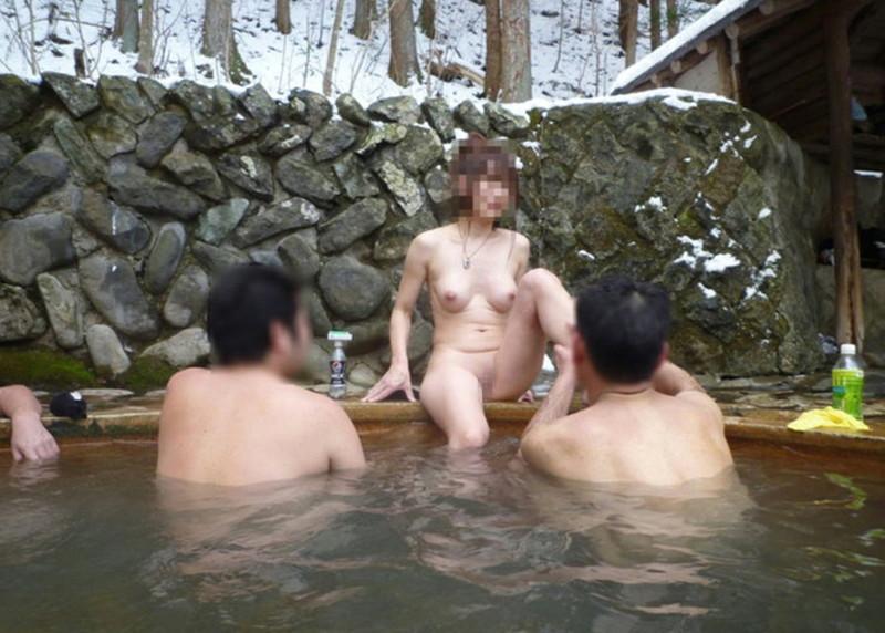 【温泉エロ画像】雪の中で美女と混浴する温泉って心も身体もチンコも温まって良いよねw 73