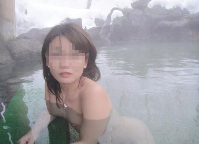 【温泉エロ画像】雪の中で美女と混浴する温泉って心も身体もチンコも温まって良いよねw 79