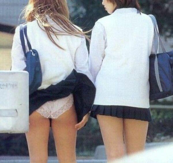 【パンチラ盗撮画像】強風続きの毎日でもスカートで通勤通学する女性って凄いわw