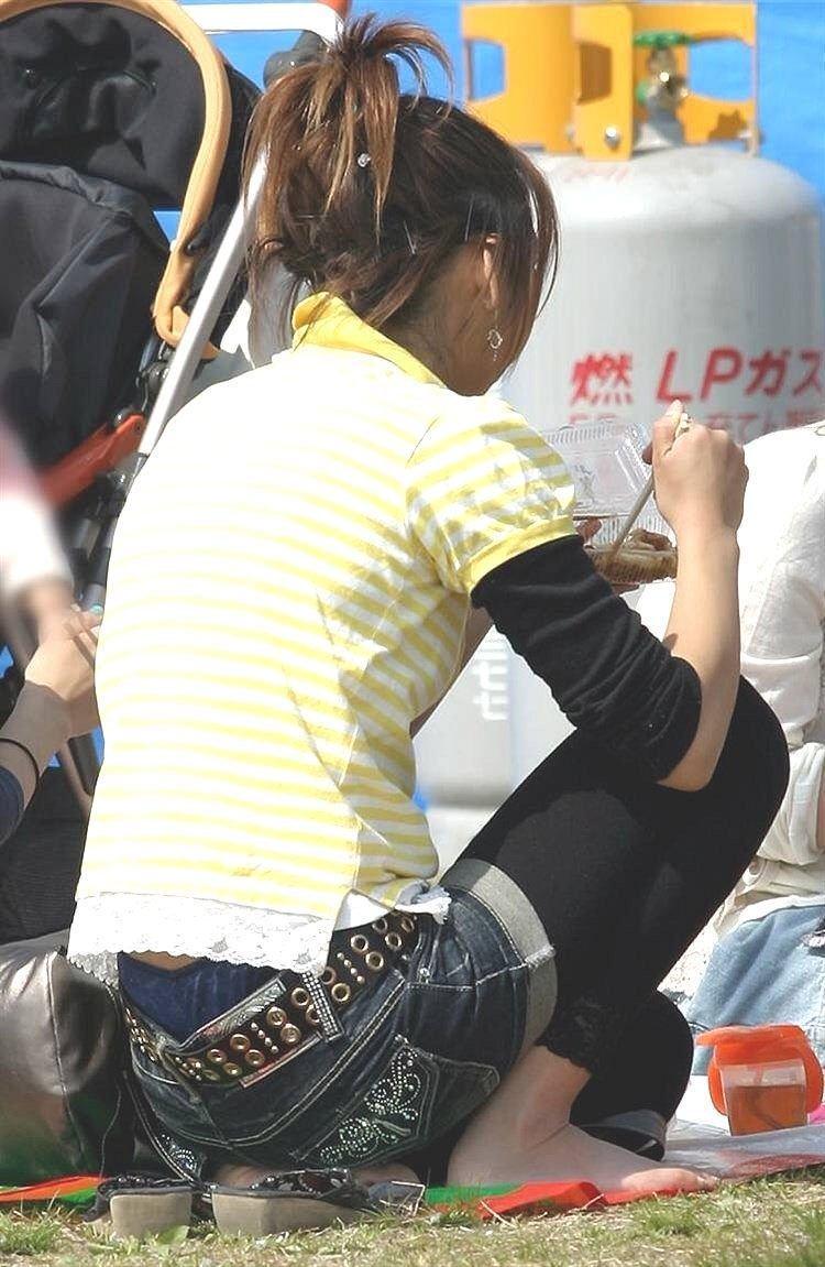 【お花見エロ画像】おダンゴよりおマンコを食べたくなっちゃうパンチラお姉さんw 12